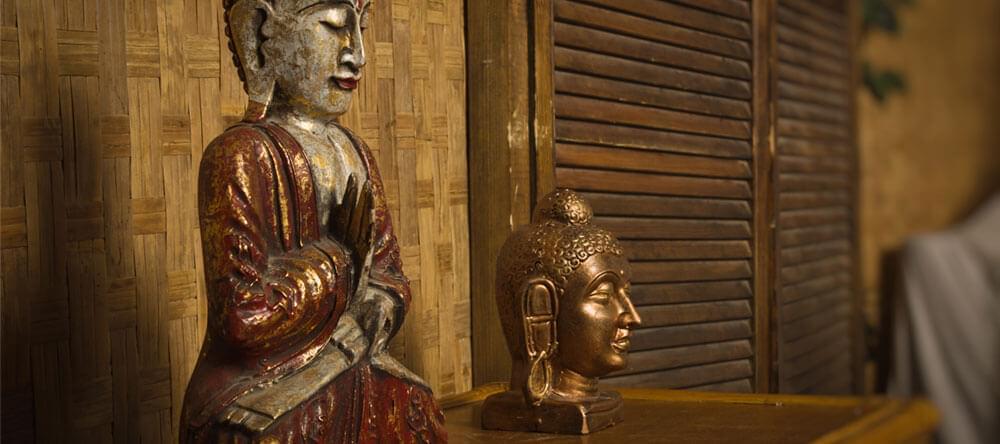 En liten Buddha av mässing kommer att ge ett komplett utseende och utstrålar samtidigt lugn och ro