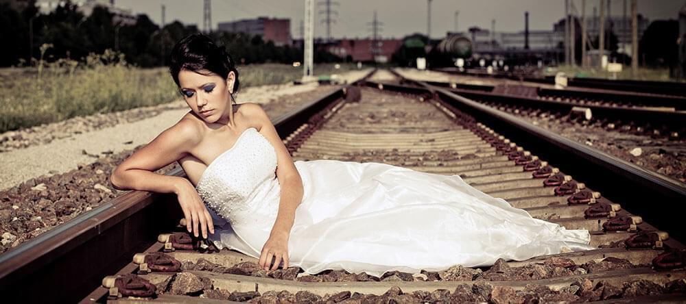 Nedstängda tågstationer har en magisk egenskap och är bra för bröllopsfoton