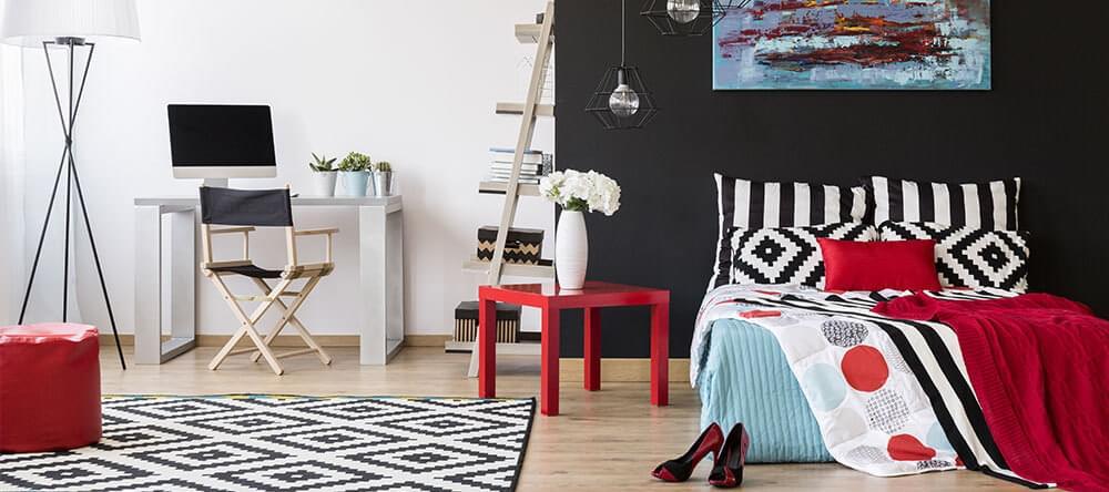 Med dekorativa höjdpunkter och konsekventa färger ser rummet mer städat ut