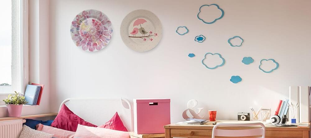 Vare sig ärvda från mormor, eller helt moderna - tallrikar ser snyggt ut mellan canvas