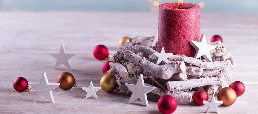 Du kan använda små grenar för naturliga juldekorationer