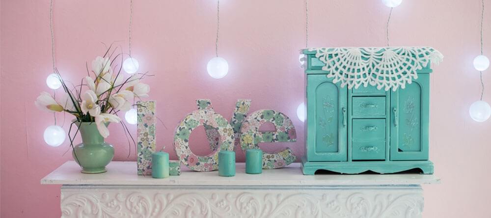 Få till en sommarkänsla i din lägenhet med enkla och prisvärda tricks - blomsteruppsättningar kommer att hjälpa till