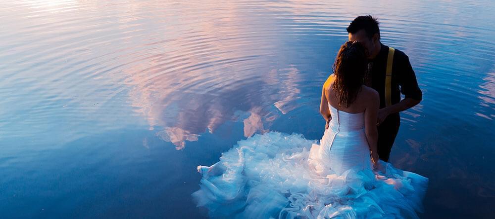 Fantastiska bilder: Solnedgång vid vattnet - eller ännu bättre i vattnet.