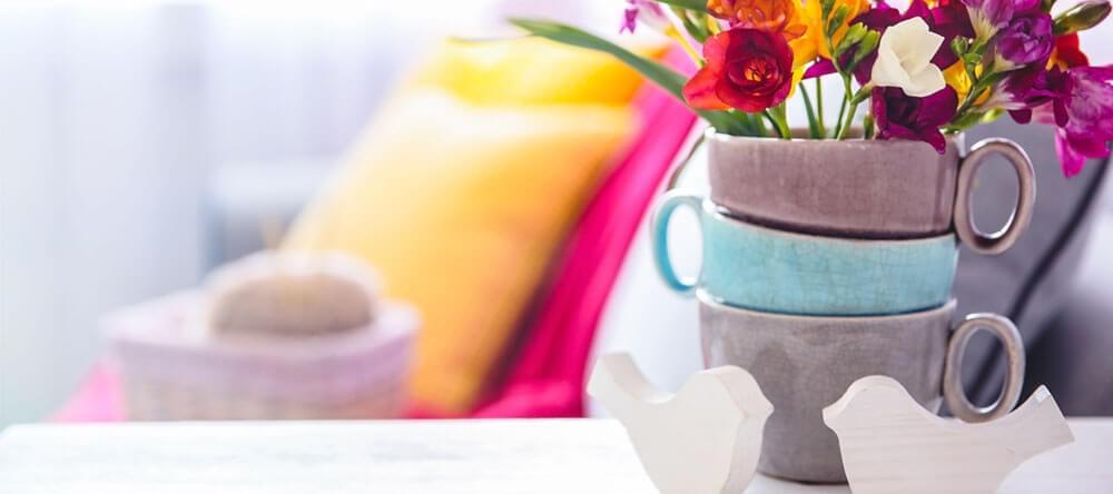Använd levande blommor för att ge små brytningar av färg i din lägenhet