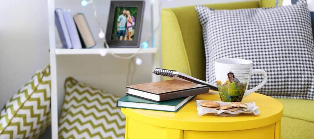 Gult matcher gröna dekorationer perfekt och skapar en solig atmosfär
