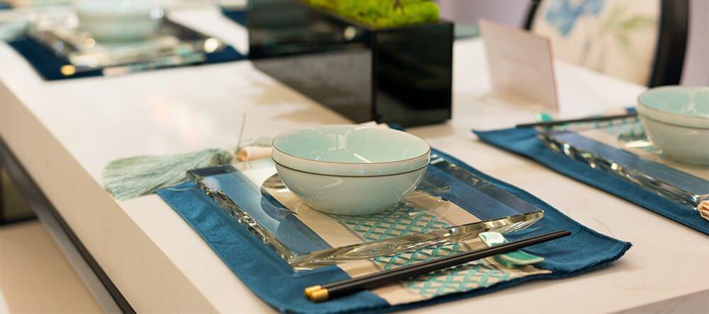 Natuurlijke en blauwe tinten voltooien de Japanse uitstraling