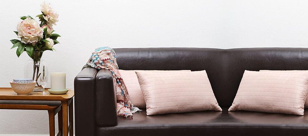 Roos combineert prachtig met donkere houten meubelen
