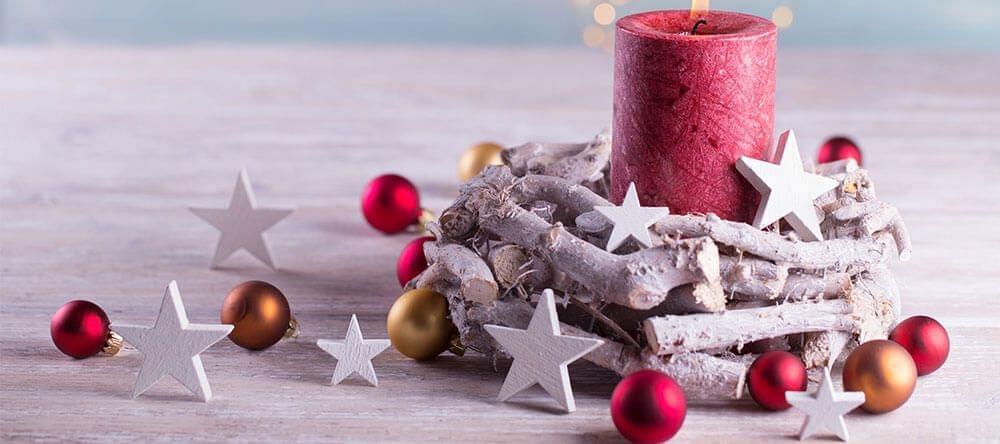 Je kan kleine takjes gebruiken voor natuurlijke kerstdecoraties