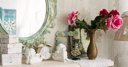 Wanddeko mit Uhren, Spiegeln und Bildern