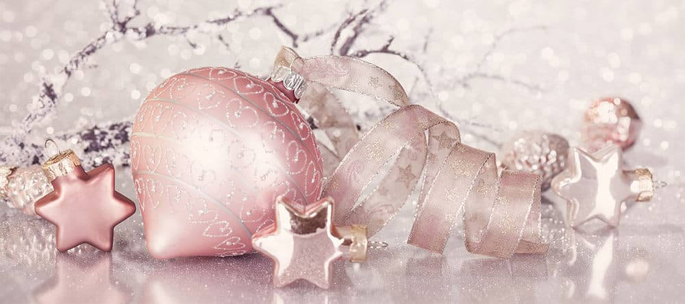 Im Trend: Weihnachtsdekoration in Pastellfarben und schön geformte Kugeln