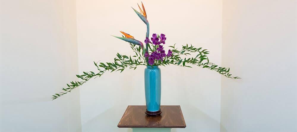 """Die japanische Blumenkunst Ikebana bedeutet wörtlich """"lebende Blumen"""""""