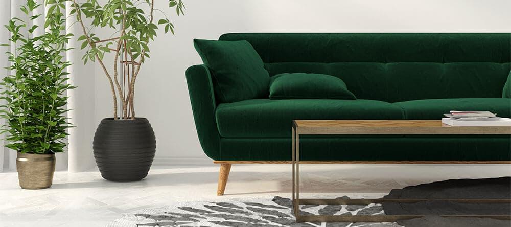Ein dunkelgrüner Samtbezug fürs Sofa lässt sich toll mit Holz und Messing kombinieren