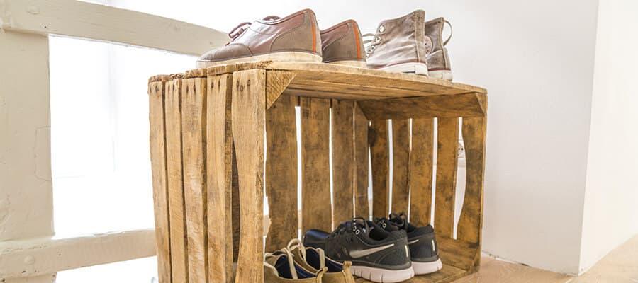 Trendy: Eine alte Kiste als Schuhschrank