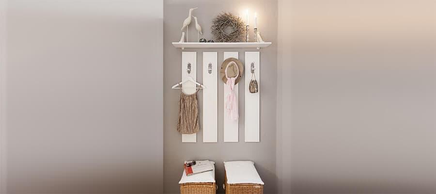 Hübsche, offene Garderobe mit Stauraum und Sitzgelegenheit