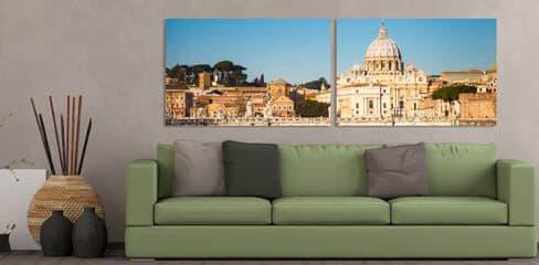 Zwei geteilte Fotos auf Leinwand über dem Sofa