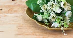 Plastikblumen auf dem Tisch