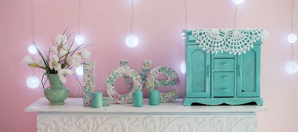 Hol dir das Sommer-Feeling durch einfache, günstige Tricks in deine Wohnung – Dekoration mit Blumenmotiven hilft dir dabei