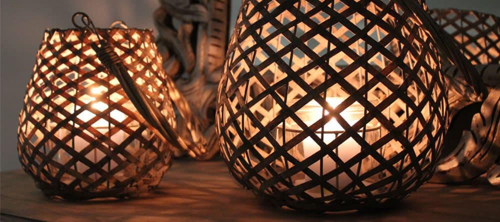 Eine schöne Beleuchtung ist wichtig für das Ambiente – probiere es mit Kerzen oder LEDs in warmen Farben