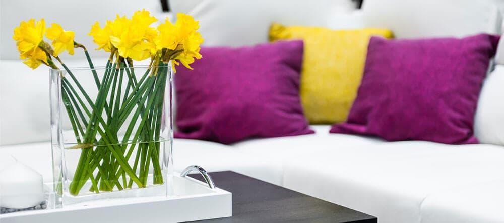 Kombiniere Gelb mit seiner Komplementärfarbe Lila und sorge für eine positive Spannung