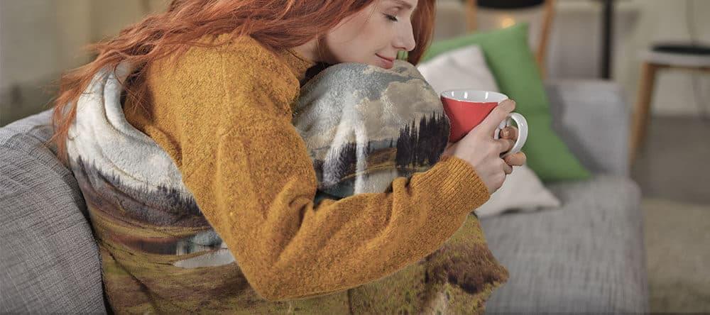 Warme Farben hellen die Stimmung auf – auch auf einer warmen Kuscheldecke