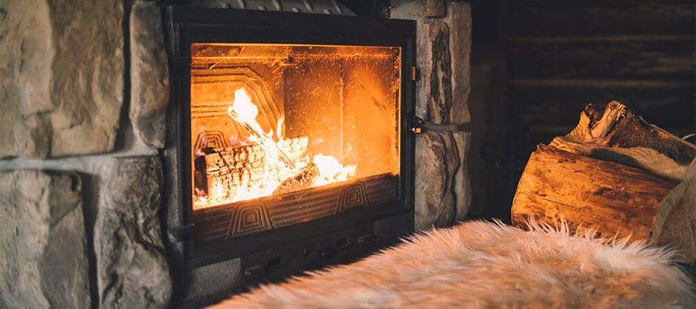 Wer keinen Kamin hat, sollte das gold-gelbe Licht von Feuer durch Kerzen oder Lampen ersetzen