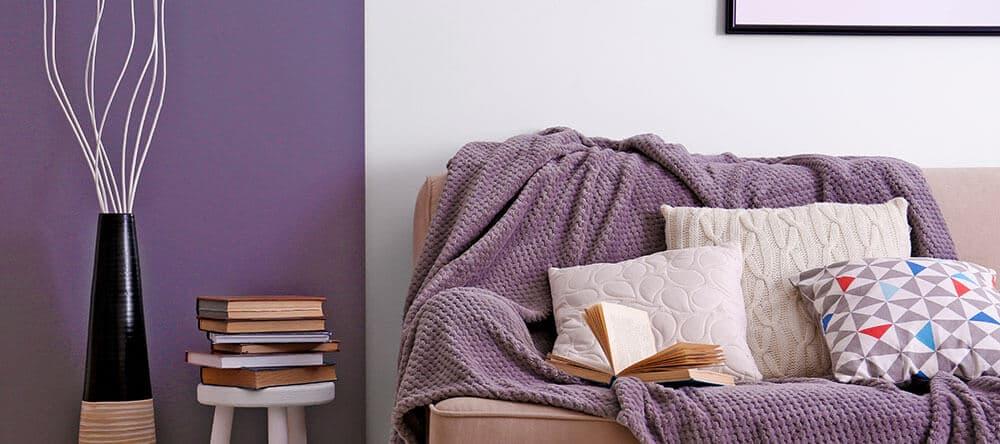 Dunkles Violett passt hervorragend zu den neutralen Trendfarben der vergangenen Jahre
