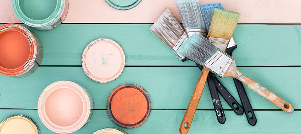 Werte deinen kahlen Betonboden durch Holzfliesen und sommerliche Farben auf