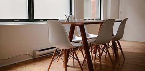 Tisch mit Stühlen vor dem Fenster