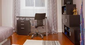 Dunkle Möbel im Raum