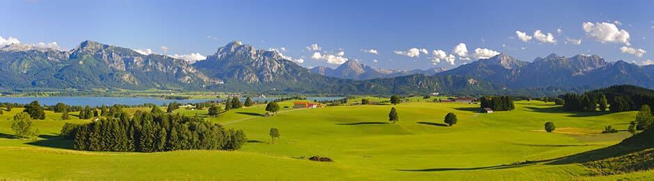 Landschaft mit Bergen und grünen Feldern