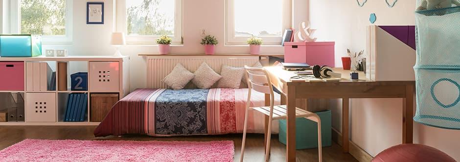 Zimmer in pinken Farben dekoriert