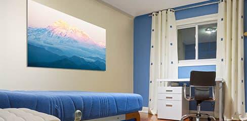 Kleiner Raum mit Leinwanddruck an der Wand