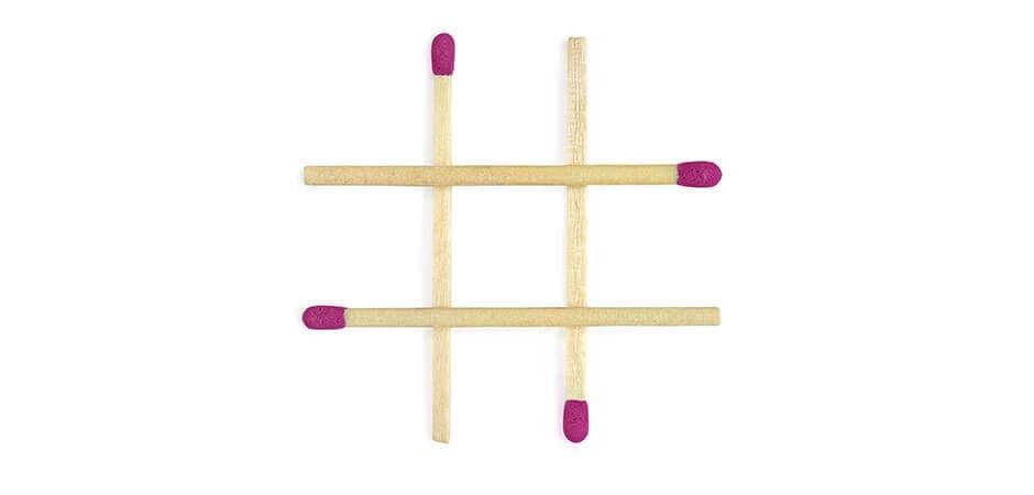 Streichhölzer zeigen neun gleich große Felder an der Wand
