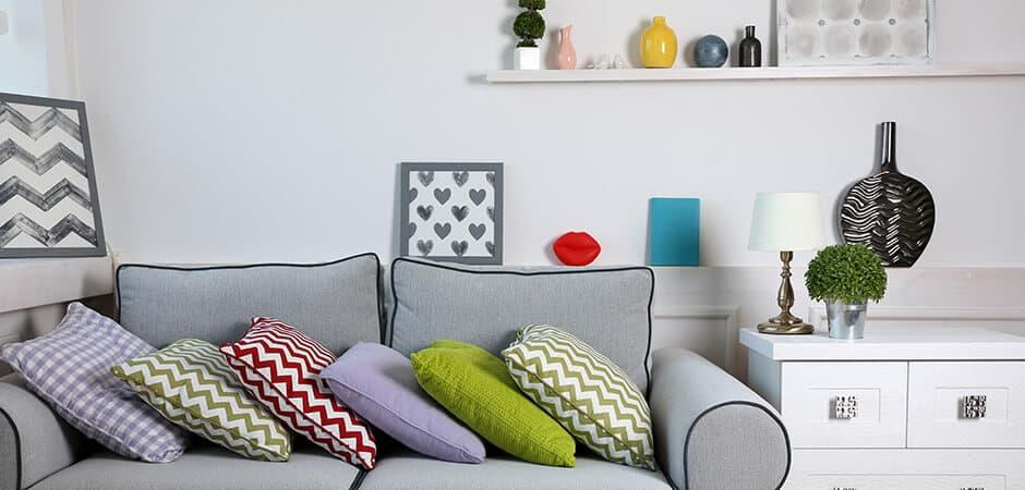 Bild, Kissen und Vase mit Zickzack-Muster