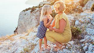 Mutter und Tochter umarmt