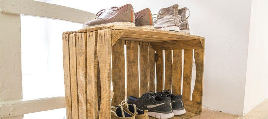 Moderno: Una caja vieja como armario de zapatos