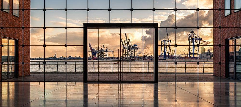 Fotos simétricas, por ej. de arquitectura, se benefician de una composición central de la imagen.