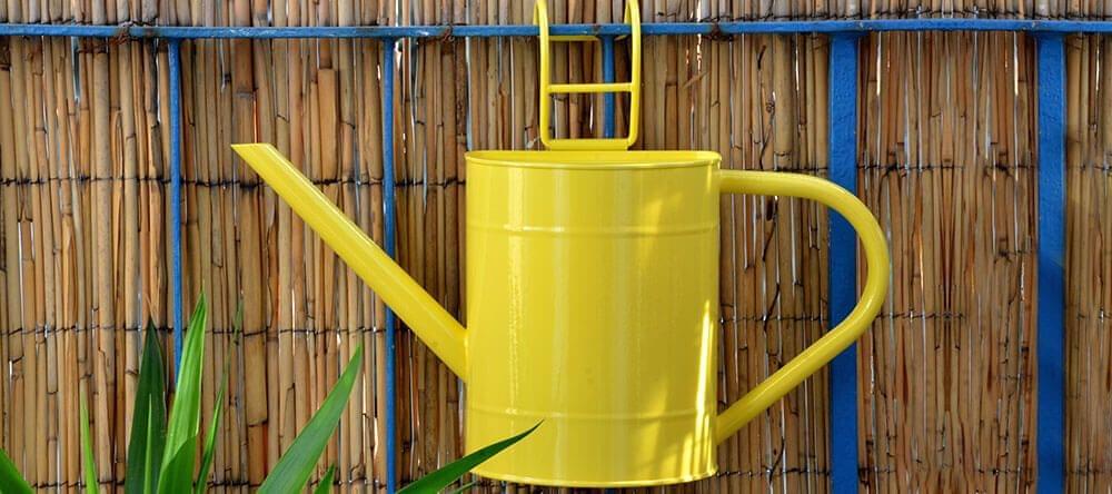 Los colores alegres y el revestimiento de bambú darán un toque veraniego a tu nuevo balcón