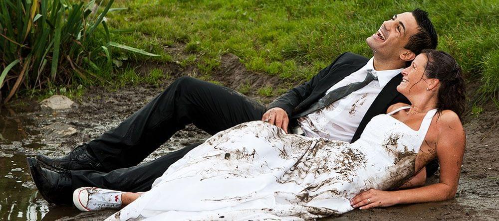Titular: ¿El vestido de novia se empapó con la lluvia? ¡Llévalo al extremo y sácale partido!