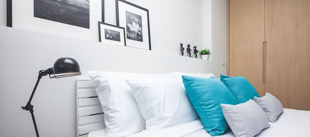Los muebles de madera no sólo combinan perfectamente con el azul y el blanco, sino que también aportan a tu salud